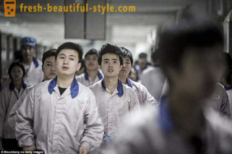 British media showed the daily life of people who assembles the iPhone in China